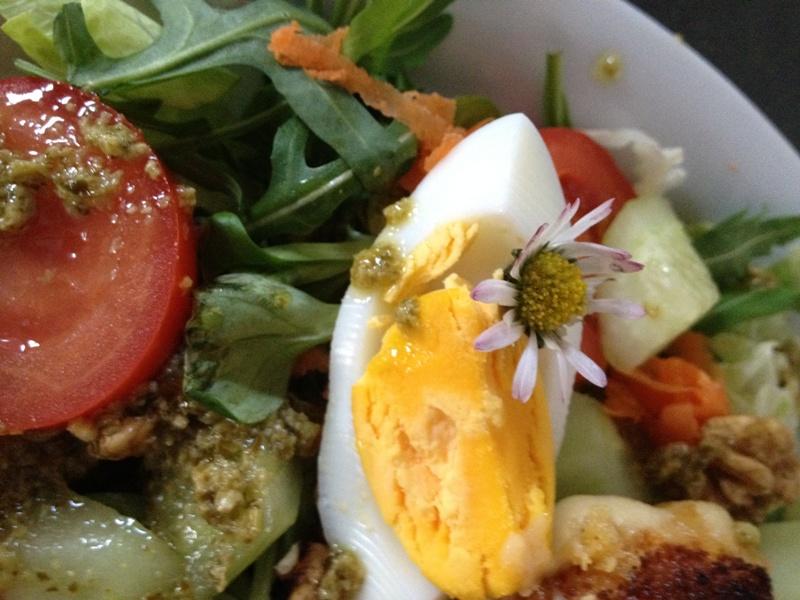 salade met madeliefjes