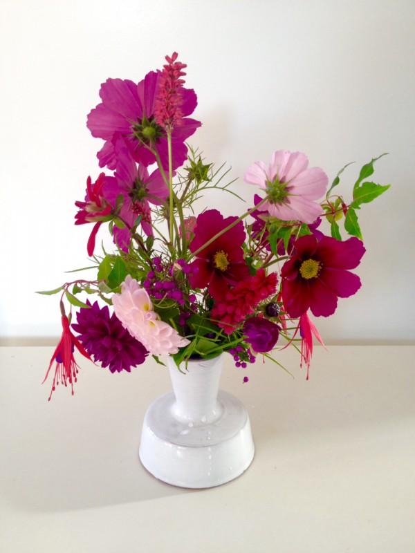 Nog steeds in bloei: klein november bloemenboeket uit de tuin met: Cosmea, Dahlia, Fuchsia en Persicaria.
