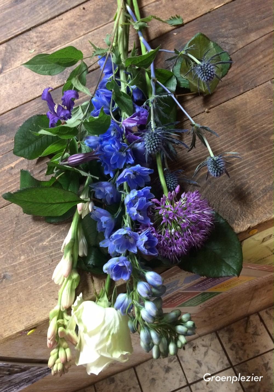 blue_purple_garden_flower_arrangement_plukbloemen